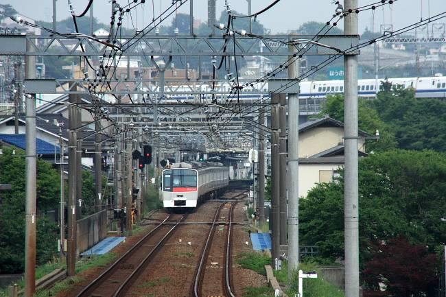 015赤8500と新幹線.JPG